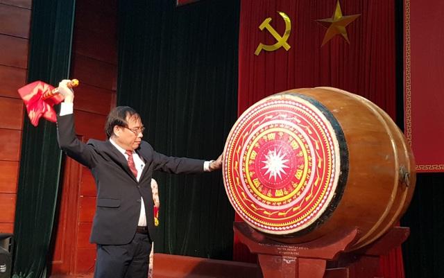 PGS.TS Đậu Xuân Cảnh - Giám đốc Học viện Y- Dược học Cổ truyền đánh trống khai giảng năm học mới 2018- 2019.