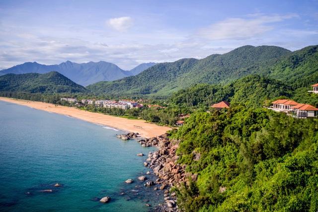 Khu phức hợp nghỉ dưỡng Laguna Lăng Cô, Huế sở hữu vị thế tuyệt đẹp với đường bờ biển biệt lập dài 3km nhìn thẳng ra biển Đông và khu kinh tế Chân Mây – Lăng Cô