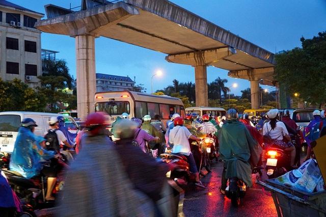 Đường Hồ Tùng Mậu cũng tắc nghẽn.