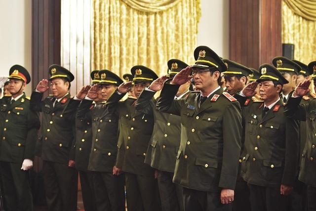 Đoàn viếng thuộc Bộ tư lệnh Cảnh vệ nghiêm trang chào vĩnh biệt Đại tướng Trần Đại Quang.