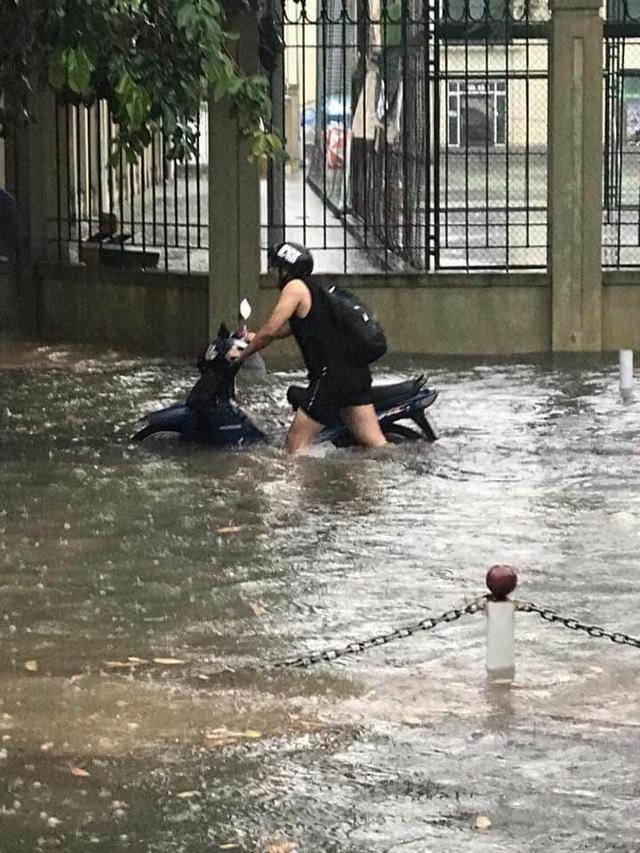 Ngập nước, tắc đường khắp Hà Nội sau cơn mưa lớn cuối chiều - 10