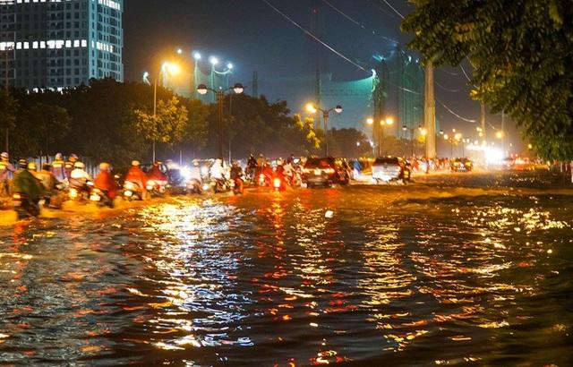Con phố Châu Văn Liêm (phường Mễ Trì, Nam Từ Liêm) ngập lênh láng.