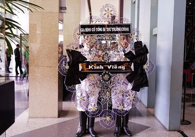 Cũng trong sáng nay, đại diện gia đình cố Tổng Bí thư Trường Chinh cũng đã đến viếng. (Ảnh: Phạm Nguyễn)
