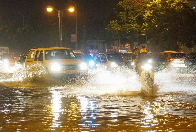 Nhiều người về nhà trong tình trạng người ướt sũng vì mưa ngập.