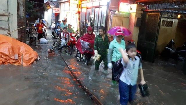Ngập nước, tắc đường khắp Hà Nội sau cơn mưa lớn cuối chiều - 16