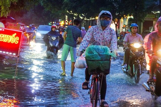 Đến 18h30, lưu thông trên các tuyến đường ngập vẫn rất khó khăn.