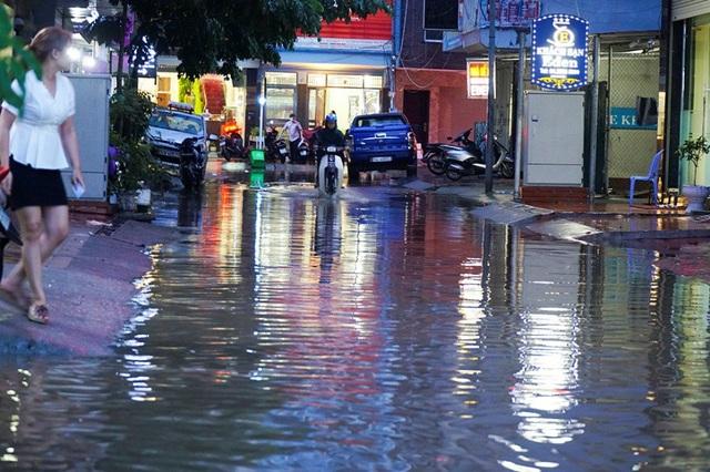 19h30, tình trạng ùn tắc tại khu vực quận Cầu Giấy mới bắt đầu khả quan hơn.