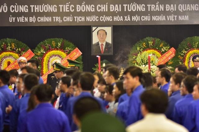 Rất đông các đoàn địa phương, đoàn thể, trường học đến viếng Chủ tịch nước Trần Đại Quang