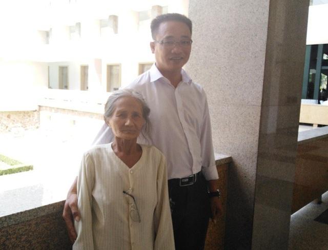 Cụ Nguyễn Thị Mi và con rể Trần Văn Phong đi từ Đồng Nai lên TPHCM từ sáng sớm để viếng Chủ tịch nước Trần Đại Quang