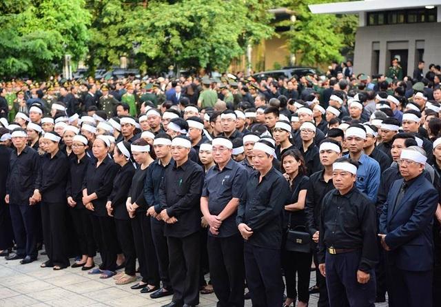 Rất đông con, cháu Chủ tịch nước chít khăn tang trắng kính cẩn chờ viếng tại Nhà tang lễ Quốc gia.
