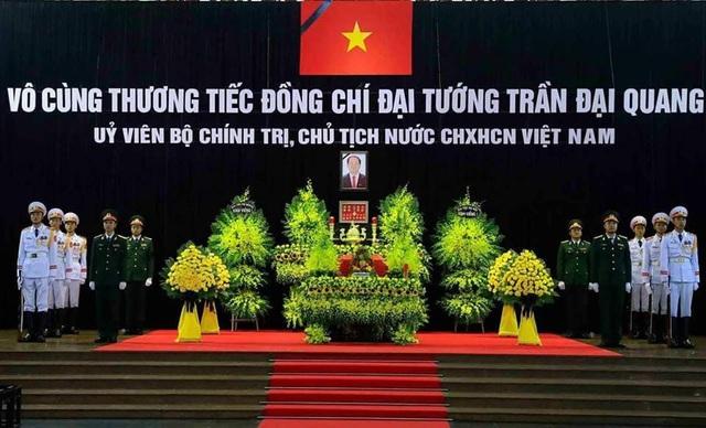 Linh cữu của Chủ tịch nước phủ Quốc kỳ đỏ, đặt ở vị trí chính giữa đại sảnh Hội trường nhà tang lễ.