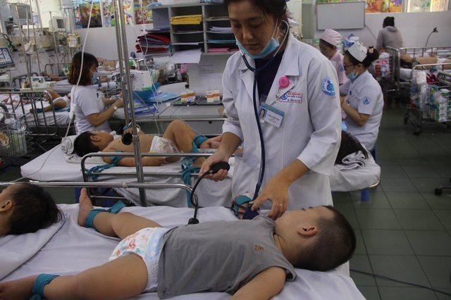 Bệnh đông, các bác sĩ tơi tả khi nỗ lực ứng cứu cho các bé