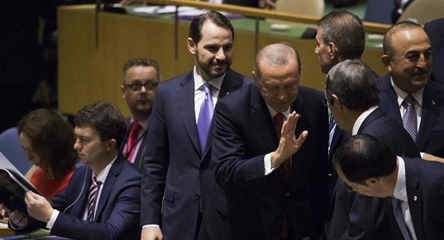 Tổng thống Thổ Nhĩ Kỳ Tayyip Erdogan (người giơ tay) - Ảnh: AP
