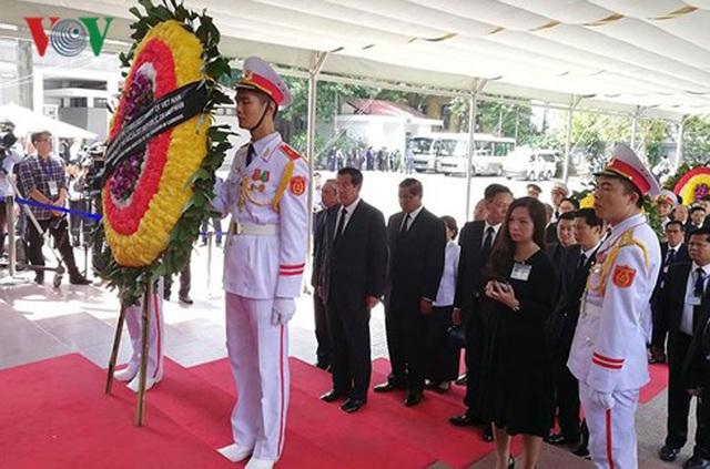 Đoàn Lãnh đạo Campuchia do Thủ tướng Hun Sen dẫn đầu vào viếng Chủ tịch nước Trần Đại Quang ở Nhà tang lễ quốc gia.