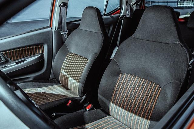 Toyota Wigo có nội thất nỉ và không có bệ tì tay cho phiên bản số tự động.