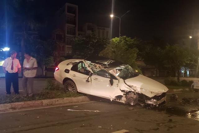 Xe Mercedes nát bươm sau tai nạn, tài xế thoát chết đầy may mắn - 1