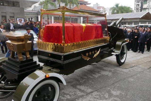 Toàn thể gia quyến và lãnh đạo Đảng, Nhà nước, các đoàn đại biểu trong nước và quốc tế hộ tống linh xa đưa Chủ tịch nước Trần Đại Quang rời nhà tang lễ trong hành trình cuối cùng thăm lại thủ đô của ông