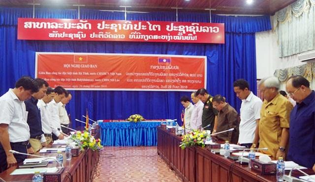 Đoàn đại biểu lãnh đạo Thủ đô Viêng Chăn, tỉnh Bôlykhămxay, Hà Tĩnh đã dành một phút mặc niệm Chủ tịch nước Trần Đại Quang.