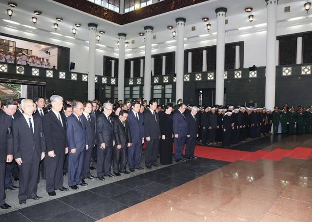 7h30 phút sáng nay, lễ truy điệu Chủ tịch nước Trần Đại Quang được bắt đầu. Toàn thể gia quyến và lãnh đạo Đảng, Nhà nước, các đoàn đại biểu trong nước và quốc tế có mặt tại nhà tang lễ để tiễn biệt ông (Ảnh: TTXVN)