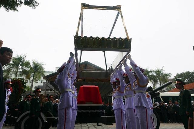 Linh cữu Chủ tịch nước Trần Đại Quang được đặt trong lồng kính trên linh xa chuẩn bị di chuyển qua các tuyến phố của Hà Nội