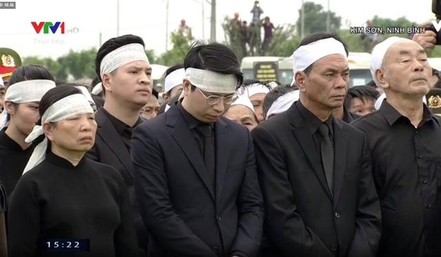 Phu nhân Chủ tịch nước cùng các con, cháu, người thân lặng người trước nghi lễ hạ quan.
