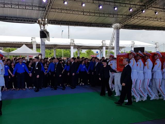 Chủ tịch Quốc hội Nguyễn Thị Kim Ngân và Thường trực Ban Bí thư Trần Quốc Vượng đỡ 2 bên linh cữu, cùng đưa Chủ tịch nước Trần Đại Quang ra nơi an táng.