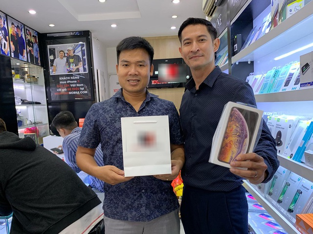 Diễn viên Huy Khánh (bên phải)