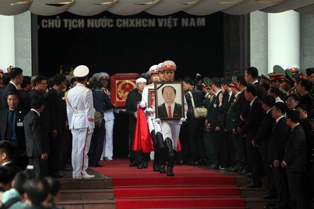 Các sỹ quan trong trang phục màu trắng rước di ảnh, khung gắn huân huy chương, lá quốc kỳ di chuyển trước, theo sau là gia quyến Chủ tịch nước rước bát hương trong lễ đưa tang sau đó.