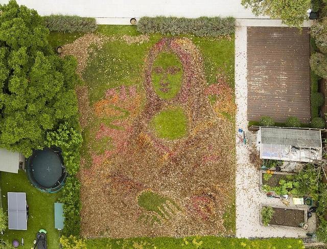 Tác phẩm của anh Nathan Wyburn sau khi để khu vườn phủ đầy lá rụng và đem máy quét lá ra để sáng tạo.