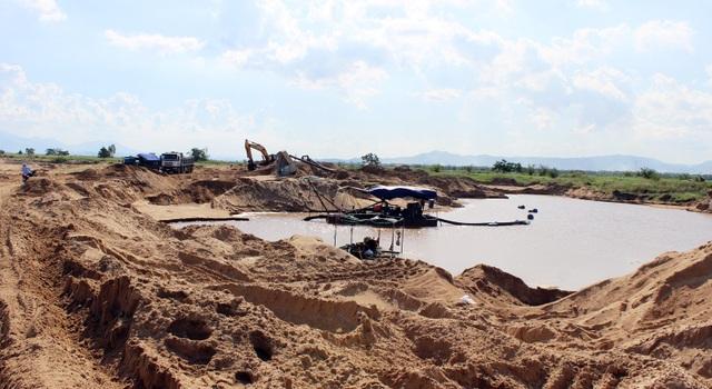 Mặc dù Sở TN&MT tỉnh Phú Yên yêu cầu dừng khai thác, tuy nhiên doanh nghiệp làm ngơ tiếp tục hút cát đưa đi tiêu thụ