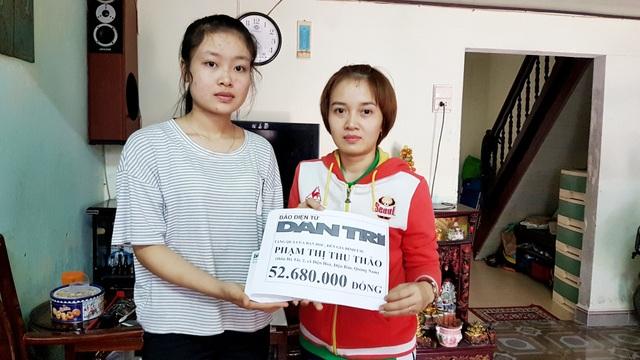 Em Phạm Thị Thu Thảo (ảnh trái) nhận hỗ trợ từ bạn đọc Dân trí