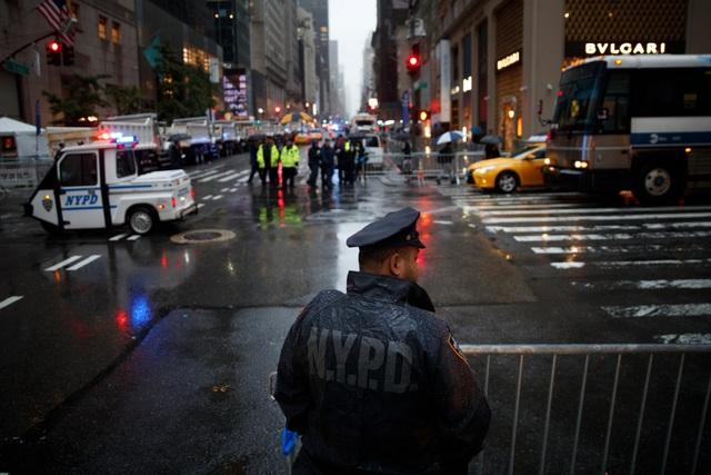 Một nhân viên cảnh sát đứng trước tháp Trump (Ảnh: New York Times)