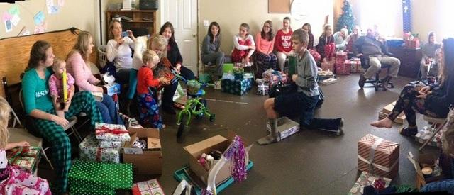 Đây là cách đại gia đình nhà Brady quây quần bên nhau để mở quà Giáng Sinh.