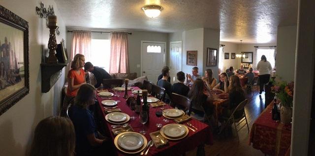 """Cùng ở nhà ăn tối với gia đình là một quy định """"bất thành văn"""" và đây cũng là cách mà các thành viên nhà Brady thêm gắn kết và thấu hiểu nhau."""