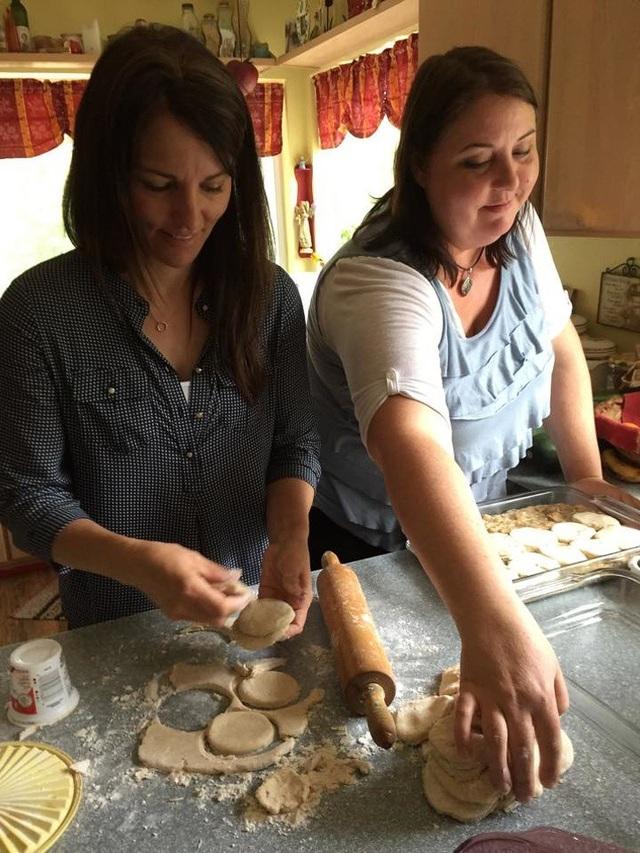 """Với mỗi bữa ăn, gia đình Brady tiêu tốn một lượng thực phẩm khổng lồ. Do đó, 5 người vợ và nhiều khi là cả """"người trụ cột gia đình"""" đều phải """"lăn vào bếp""""."""