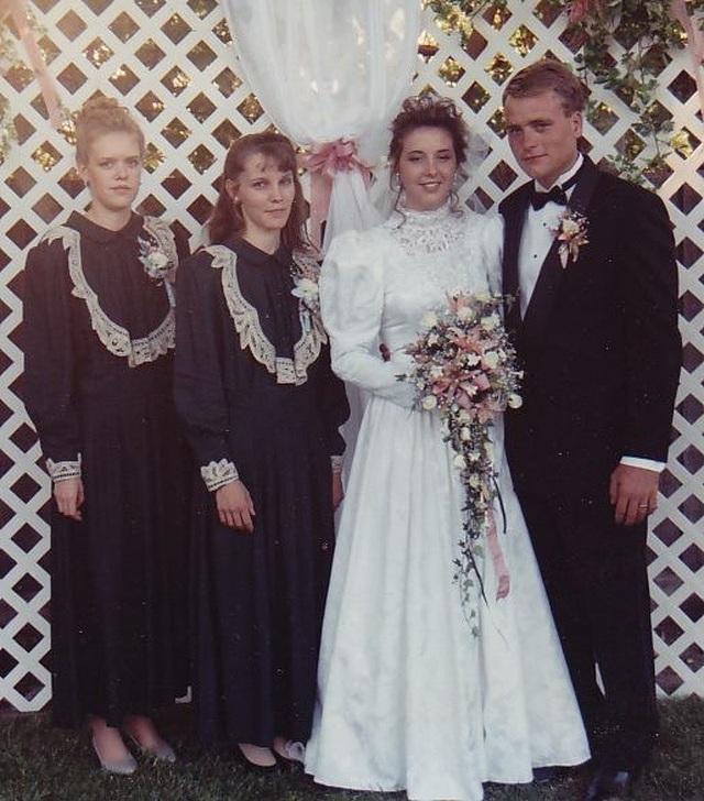 Điều đáng kinh ngạc là ở lần kết hôn đầu tiên, Brady đã về chung một nhà với cùng lúc 3 người vợ.
