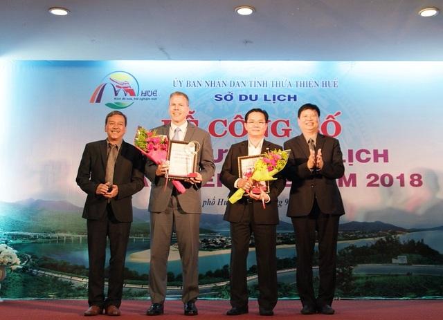 Ông Nguyễn Dung, Phó Chủ tịch UBND tỉnh Thừa Thiên Huế (phải) và ông Lê Hữu Minh, Quyền Giám đốc Sở Du lịch tỉnh Thừa Thiên Huế (trái) trao giải thưởng Khách sạn hàng đầu tỉnh Thừa Thiên Huế cho 2 đơn vị