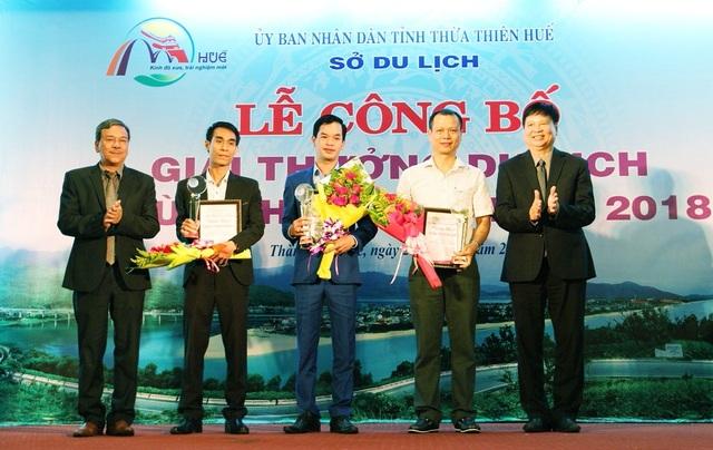 Ông Nguyễn Dung, Phó Chủ tịch tỉnh trao giải cho 3 đơn vị về Ăn uống, Mua sắm, Vận chuyển hàng đầu tỉnh Thừa Thiên Huế (theo thứ tự từ thứ 2 bên phải qua trái)