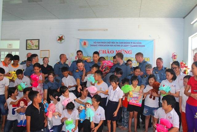 Các sĩ quan và thuỷ thủ đoàn tàu Hải quân Hoàng gia Canada thăm các em nhỏ ở Trung tâm Bảo trợ nạn nhân chất độc da cam ở Đà Nẵng