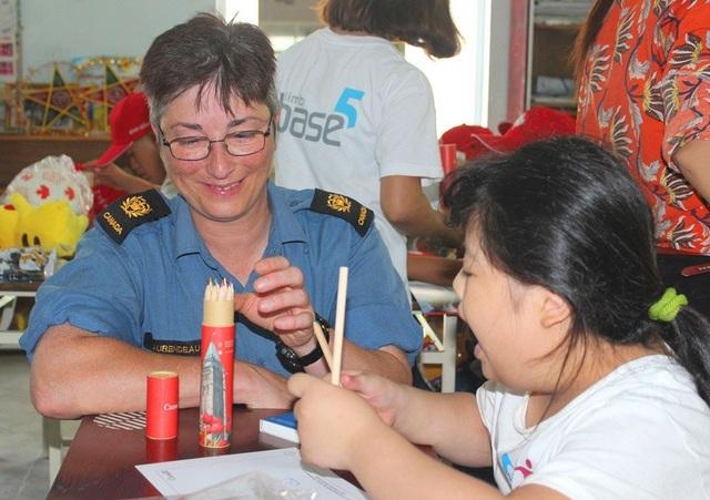 Hải quân Hoàng gia Canada cùng trẻ nhiễm chất độc da cam tô màu, đọc sách - 2