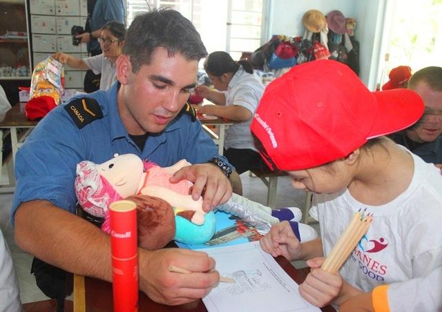 Các sĩ quan và thuỷ thủ đoàn cùng tô màu, vẽ tranh với các em nhỏ nạn nhân chất độc da cam