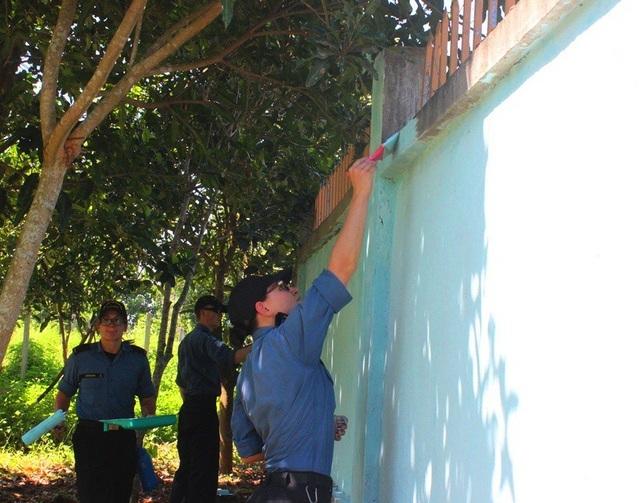 Dọn dẹp vệ sinh, sơn lại tường rào nơi nuôi dưỡng các em nhỏ nạn nhân chất độc da cam ở Đà Nẵng