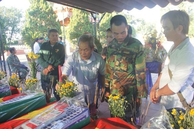 Những người thân của liệt sĩ Nguyễn Văn Hưng tìm thấy hài cốt liệt sĩ sau 50 năm.