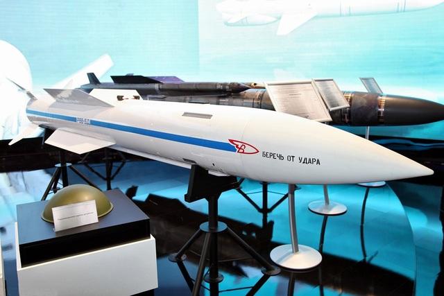 Mô hình tên lửa R-37 được trưng bày tại triển lãm hàng không ở Nga (Ảnh: Wikimedia)