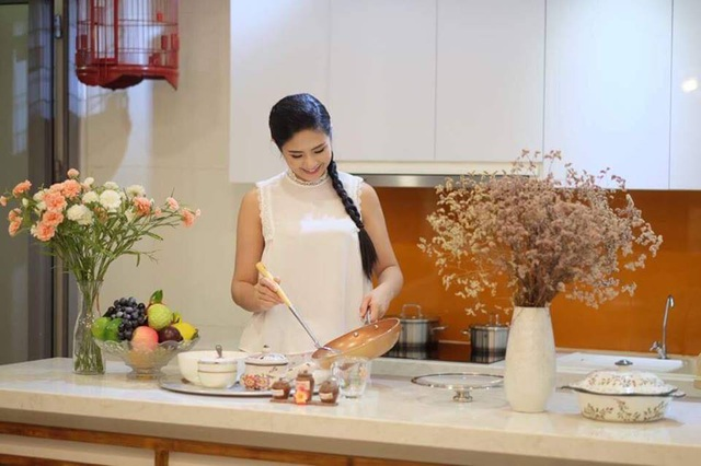 Ngọc Hân tranh thủ vào bếp mỗi khi rảnh rỗi để phụ giúp mẹ.