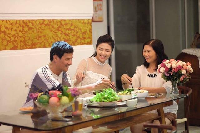 Ngọc Hân yêu mỗi bữa cơm gia đình được quây quần bên bố mẹ. Hiện cô sống cùng bố mẹ tại một căn chung cư với thiết kế khá đẹp, giao thoa giữa truyền thống và hiện đại.