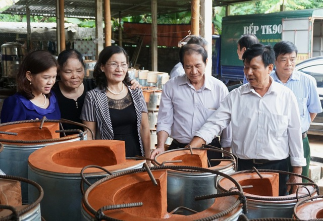 Đoàn công tác thẩm định thực tế bếp đun cải tiến TK90 tiết kiệm năng lượng