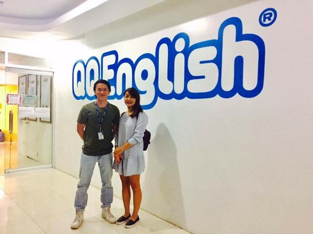 Anh Nguyễn Duy Tuấn (bên trái) - quản lý học viên Việt Nam - trong ngày làm việc tại trường.