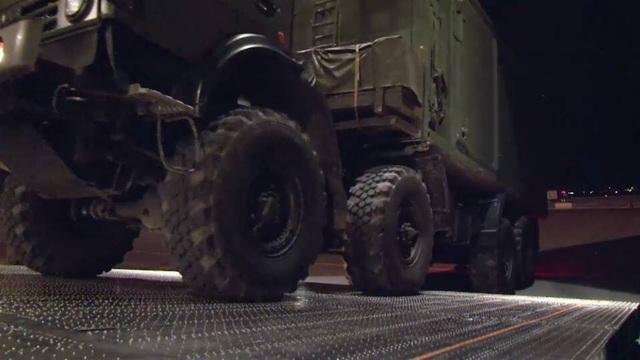 Các khí tài được dỡ xuống tại căn cứ Hmeimim của Nga ở Syria. (Ảnh: Almasdarnews)