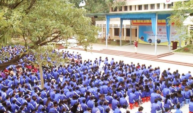 Ông Ngô Minh Tuấn (trên sân khấu) trong một chương trình hướng nghiệp cho hơn 1.000 học sinh tại Trường THPT tại Bắc Ninh.